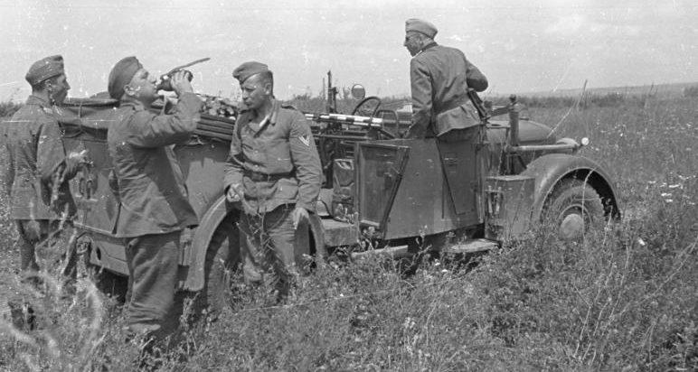 Немецкая пехота в ожидании переправы. 22 июня 1941 г.