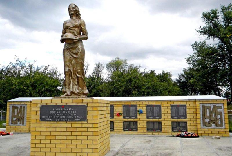 п. Потопахино Обоянского р-на. Мемориал в честь односельчан, погибших в годы войны.