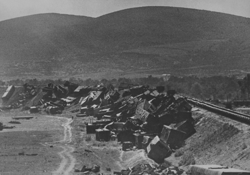 Разбитый эшелон у железной дороги на окраине Новороссийска. 1942 г.