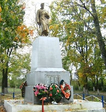 с. Любимовка Большесолдатского р-на. Памятник, установленный на братской могиле, в которой похоронено 189 советских воинов, в т.ч. 126 неизвестных, погибших в марте 1943 г.