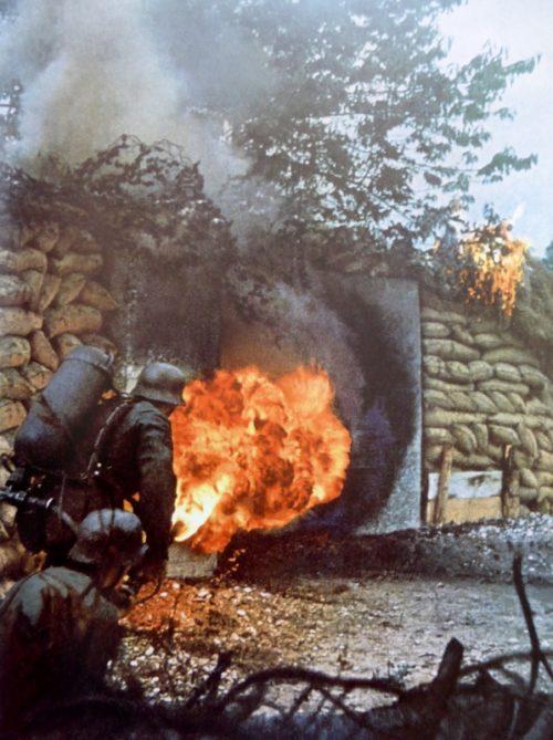 Немецкая атака укрепления с помощью огнемета. Воспроизведение событий для пропагандистского фильма.