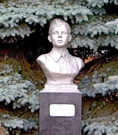 п. Коренево. Бюст юного партизана Валентина Крохина, казненного немецко-фашистскими захватчиками в 1942 году.