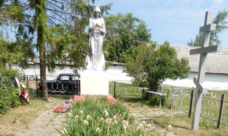 с. Стрелецкое Обоянского р-на. Памятник, установленный в 1963 году на братской могиле, в которой захоронено 119 советских воинов, в т.ч. 113 неизвестных.