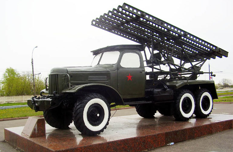 Памятник - боевая машина реактивной артиллерии.