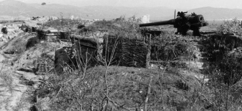 Взорванные орудия 31-й береговой батареи. 1942 г.