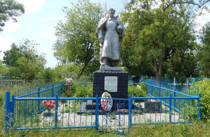 с. Трубеж Обоянского р-на. Памятник, установленный в 1968 году на братской могиле, в которой захоронено 37 советских воинов, в т.ч. 24 неизвестных.