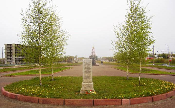 Березки, посаженные ветеранами и мемориальный камень с надписью об этом.