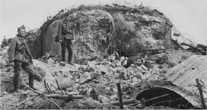 Немецкие солдаты у захваченного каземата на линии Мажино. Июнь 1940 г.