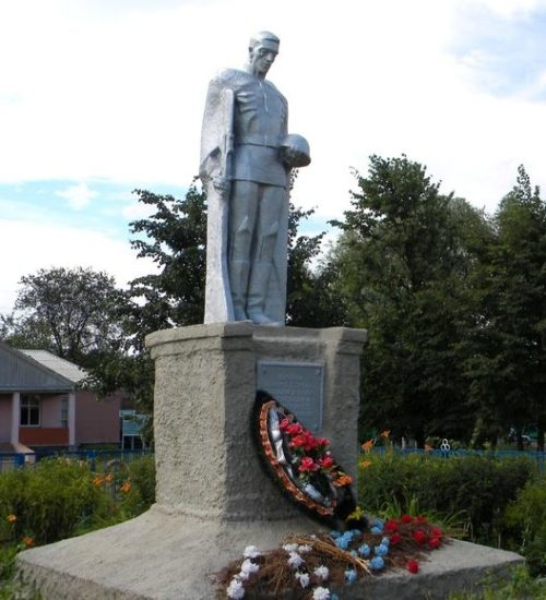 с. Любимовка Кореневского р-на. Памятник погибшим односельчанам, установленный в 1968 году в центре села.