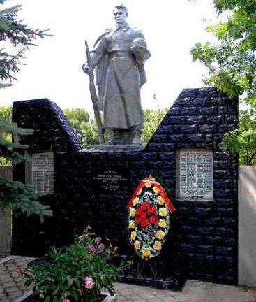 с. Усланка Обоянского р-на. Памятник, установленный в 1963 году на братской могиле, в которой захоронено 70 советских воинов, в т.ч. 37 неизвестных.