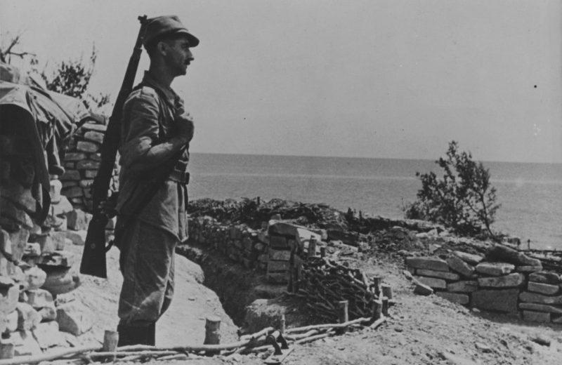 Румынский солдат в карауле на берегу в окрестностях Новороссийска. 1942 г.