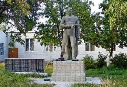 с. Сафоновка Кореневского р-на. Мемориал в память о земляках, погибших в годы войны.