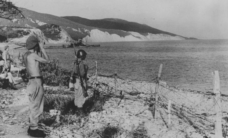 Румынский офицер и солдат ведут наблюдение за морем под Новороссийском. 1942 г.