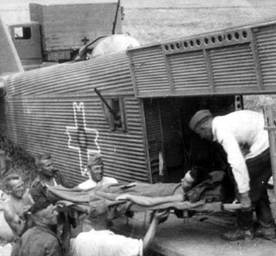 Погрузка раненых в полевом госпитале. 1942 г.