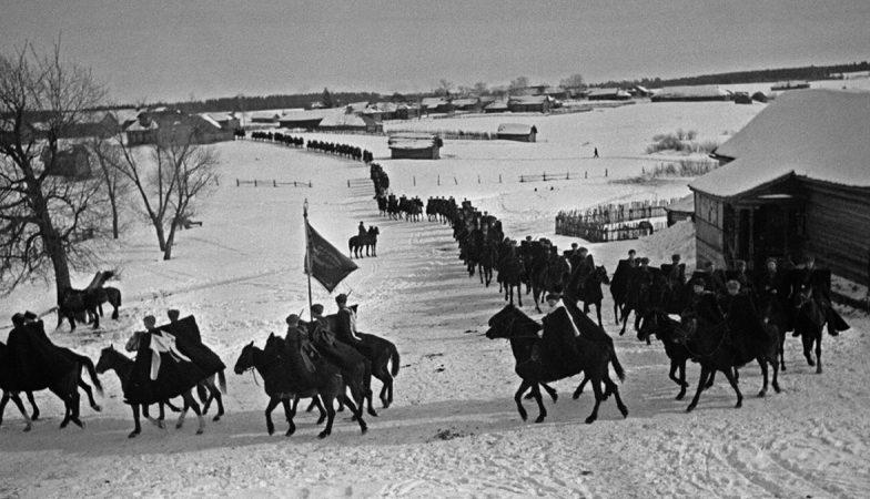 Генерал- майор Доватор с кавалеристами в Подмосковье.1941 г.