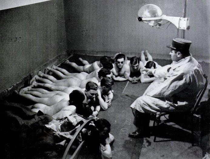 Французские солдаты принимают солнечные ванны в одном из бункеров линии Мажино. 1939 г.