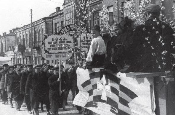 Первомайская демонстрация в Бобруйске в 1943 году.