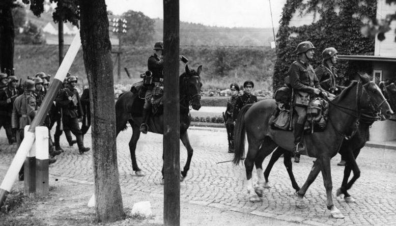 Немецкая кавалерия пересекает польскую границу. Сентябрь 1939 г.