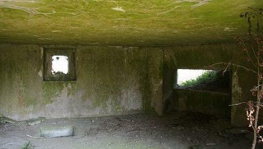 Блокпосты для 25-мм противотанкового орудия и пулеметов снаружи и внутри.