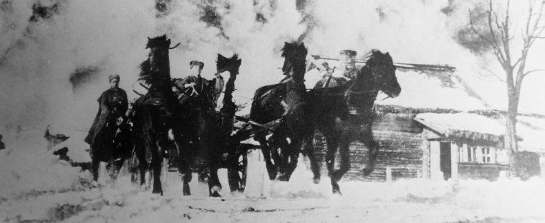 Тачанка и конники 2-го гвардейского кавалерийского корпуса на марше под Москвой. Январь 1942 г.