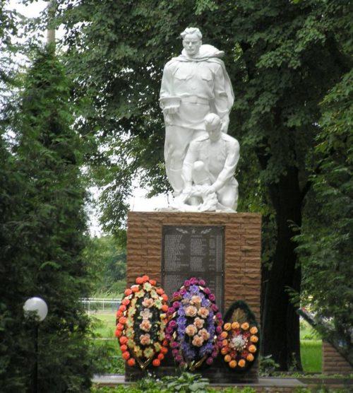 п. Глушково. Памятник, установленный на братской могиле, в которой похоронено 65 советских воинов, в т.ч. 60 человек при налете немецкой авиации на воинский эшелон в августе 1941 г.