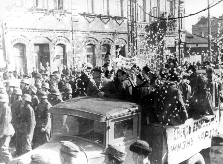 Жители города Бобруйска и немецкие военнослужащие на первомайском шествии. 1 мая 1944 г.