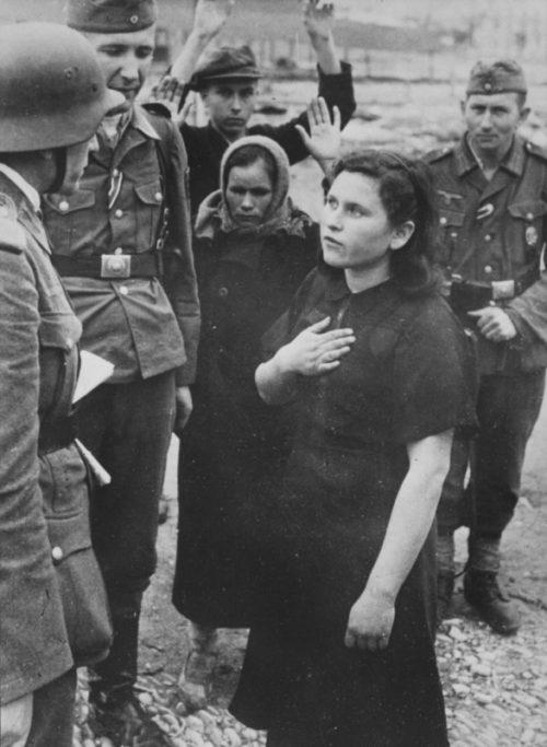 Немецкие солдаты допрашивают задержанных советских граждан на окраине Новороссийска. 1942 г.