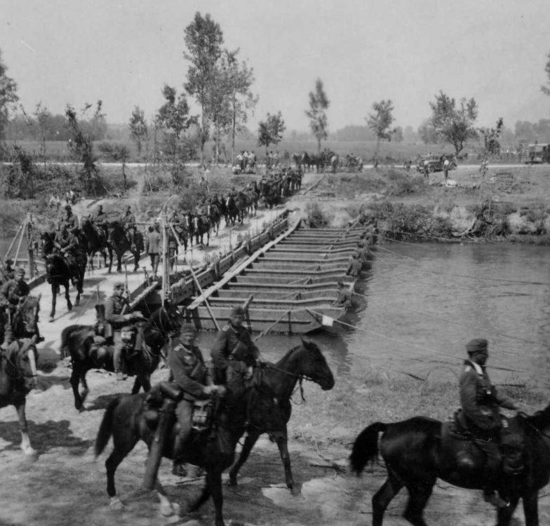 Подразделение Вермахта на лошадях переходит реку по понтонной переправе в Польше. 1939 г.