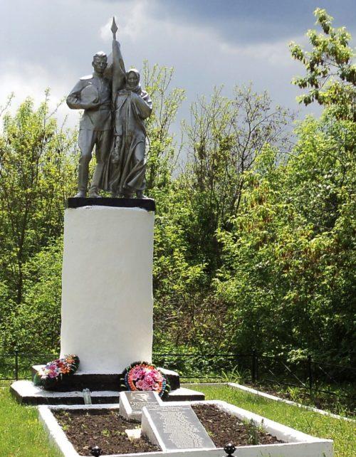 с. Артюховка Октябрьского р-на. Памятник, установленный на братской могиле советских воинов, погибших в годы войны.