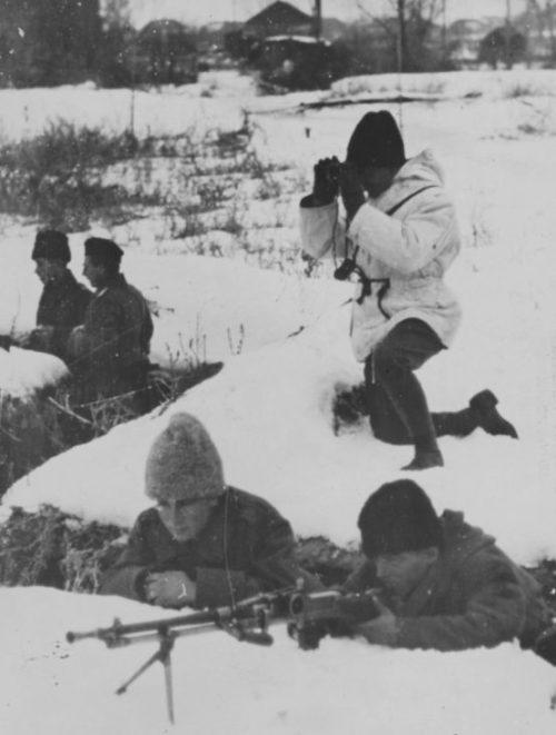 Румынские пехотинцы в окопах у берега Дона. Январь 1943 г.