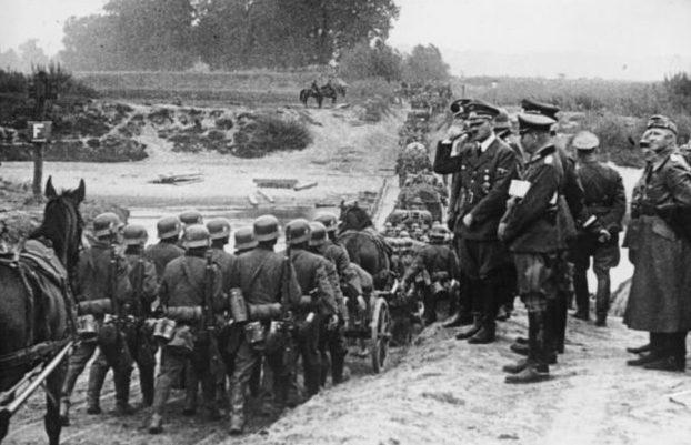 Гитлер наблюдает за конным обозом, вступающим в Польшу. Сентябрь1939 г.