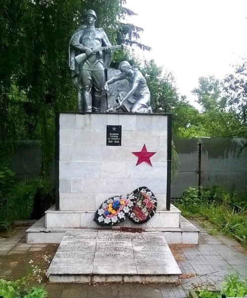 д. Митрофанова Октябрьского р-на. Памятник, установленный на братской могиле советских воинов, погибших в годы войны.
