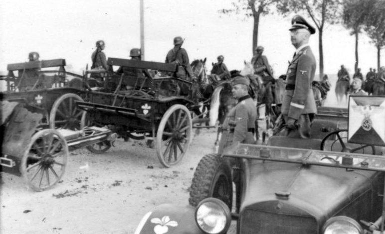 Гиммлер у обочины пропускает орудия на конной тяге. 1939 г.