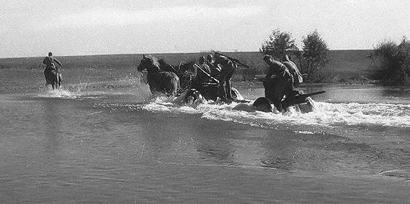 Артиллеристы переправляются через реку.