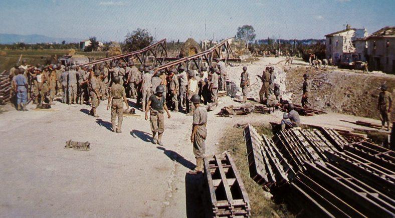 Саперы Бразильского экспедиционного корпуса у канала вблизи города Пиза. Сентябрь 1944 г.