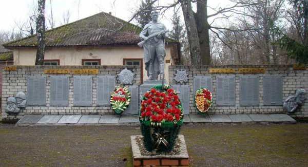 с. Коровяковка Глушковского р-на. Памятник, реставрированный в 1989 году, был установлен на братской могиле, в которой похоронено 10 советских воинов. Автор памятника - Н.П. Чернышёв.