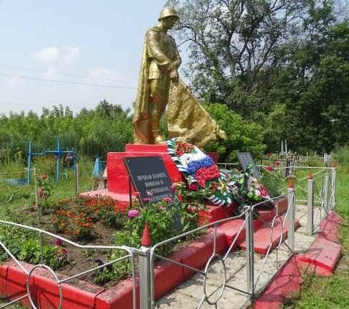с. Кульбаки Глушковского р-на. Памятник, установленный на братской могиле, в которой похоронено около 100 советских воинов, погибших и умерших от ран в 1941-1943 годах.