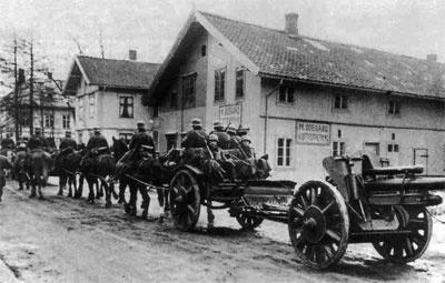 Немецкая артиллерия на конной тяге входит в Варшаву. 1939 г.