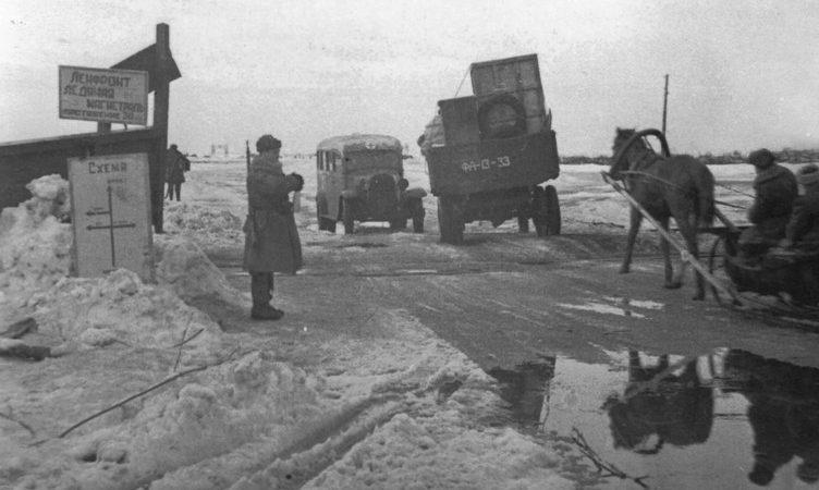 Регулировщики на ледяной дороге.