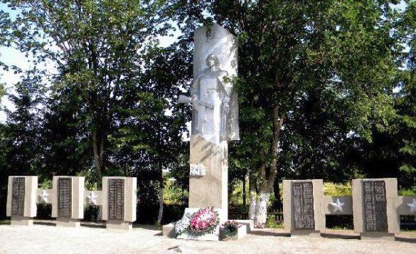 с. Попово-Лежачи Глушковского р-на Памятник односельчанам, павшим в годы войны.