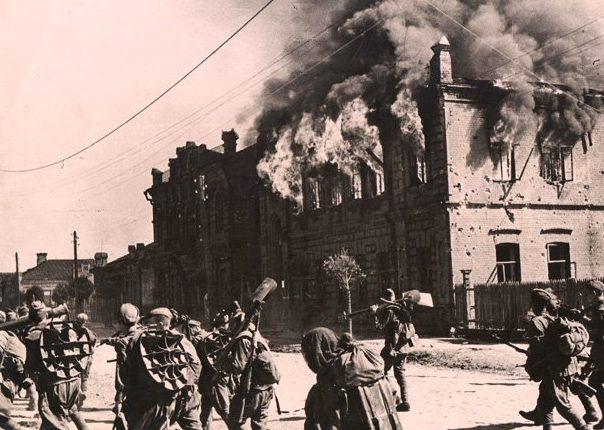 Красноармейцы входят в освобожденный Бобруйск.