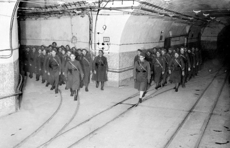 Военнослужащие в главной галерее форта «Hackenberg». 1939 г.