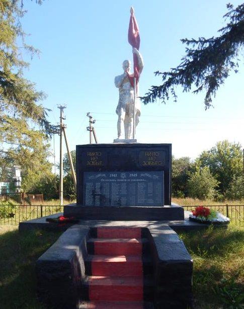 д. Верхняя Медведица Курского р-на. Памятник, установленный на братской могиле, в которой похоронено 33 советских воина.