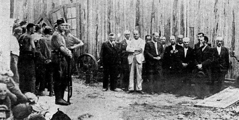 Еврейские заложники перед расстрелом. Бельцы, июнь 1941 г.