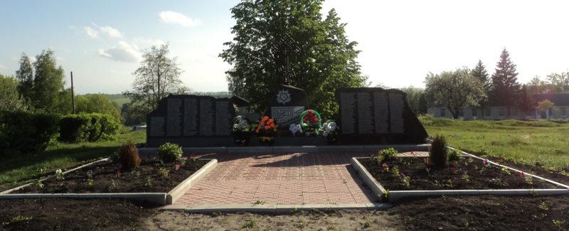 с. Березовец Поныровского р-на. Памятник, установленный на братской могиле советских воинов, погибших в годы войны.