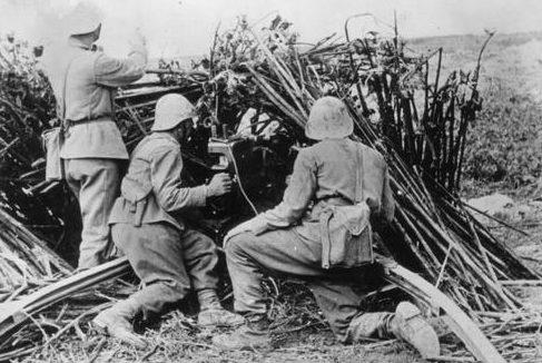 Расчет 47-мм противотанковой пушки Breda. Бессарабия, июль 1941 г.
