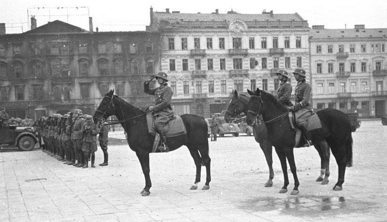 Конная артиллерия из 1-й кавалерийской дивизии во время парада у Саксонского дворца в Варшаве. Сентябрь 1939 г.