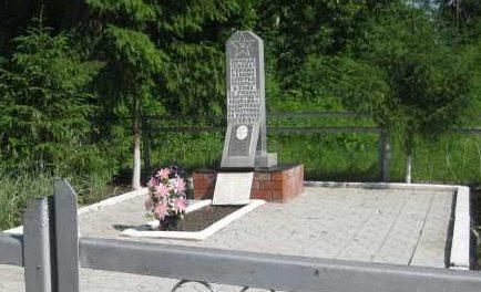 с. Бобровка Поныровского р-на. Памятник, установленный на братской могиле, в которой захоронено 19 советских воинов.