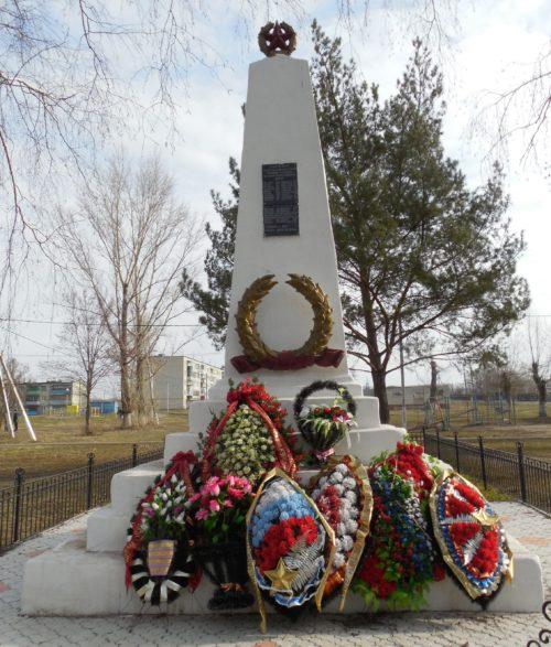 п. Камыши Курского р-на. Памятник, установленный в 1952 году на братской могиле, в которой похоронено 30 советских воинов, в т.ч. 19 неизвестных.