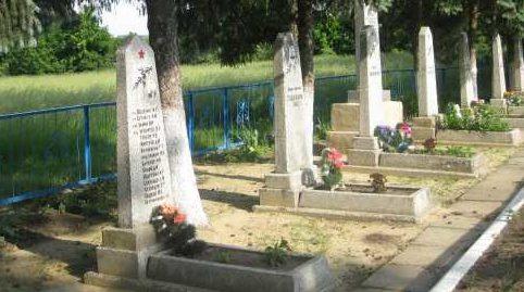 с. Брусовое Поныровского р-на. Братские могилы, в которых захоронено 56 советских воинов.